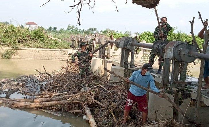 Cegah Luapan Air Sungai Plalangan, Anggota TNI Ajak Warga Bersihkan Sampah