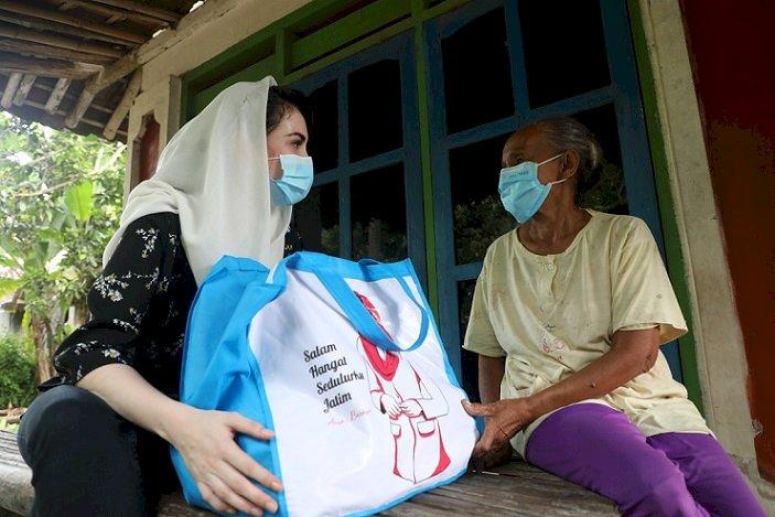 Peduli Bencana Jember, Arumi Bachsin Serahkan Bantuan